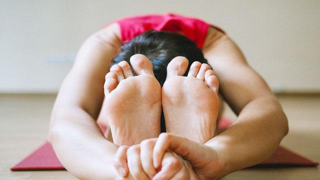 【ヨガ】をはじめたきっかけ。準備運動の足のもみほぐしは冷え性改善に。